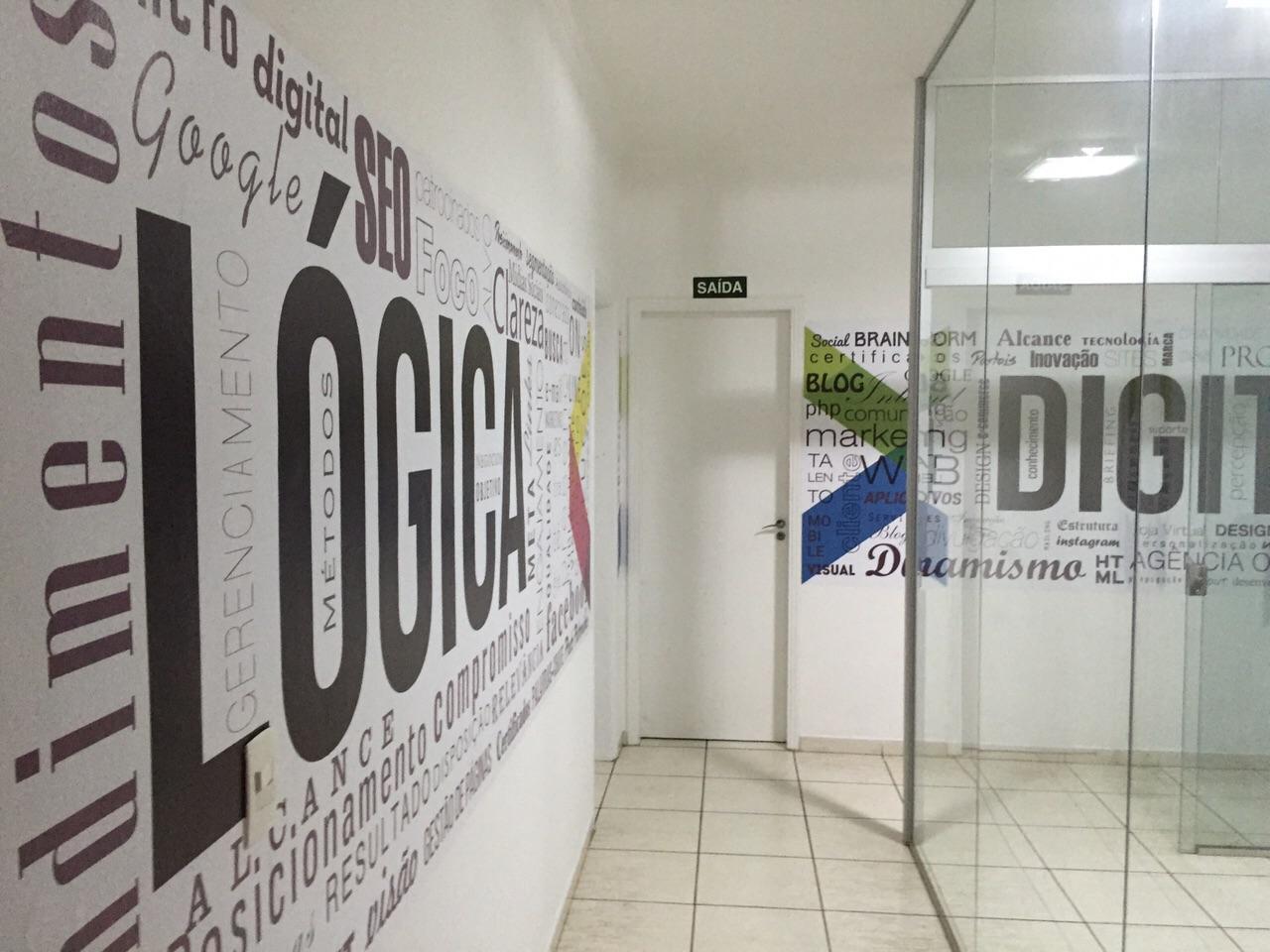 Adesivo instalado em sala de reunião na empresa Lógica Digital